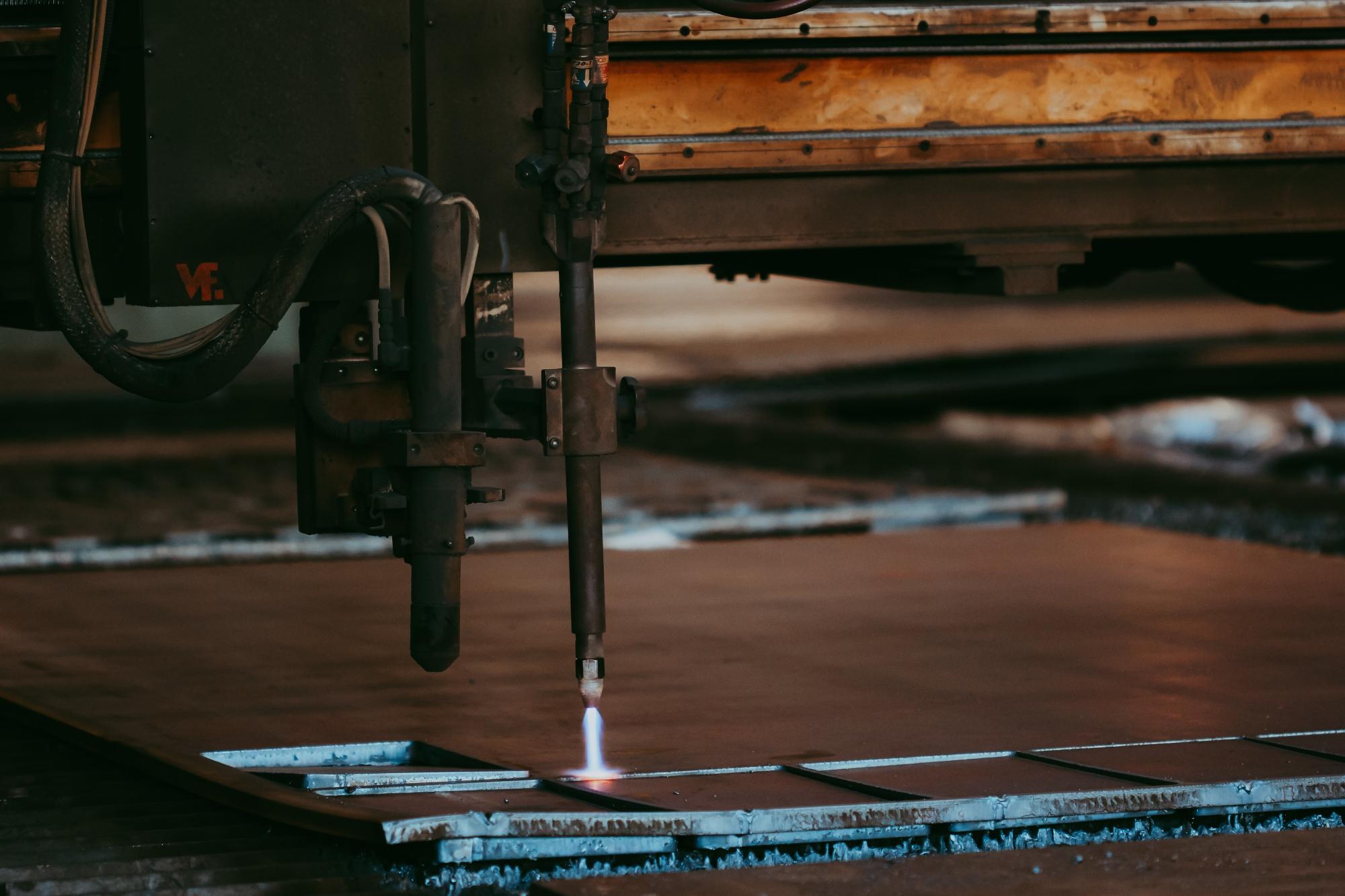 Tăierea unei bucați groase de tabla cu plasmă.