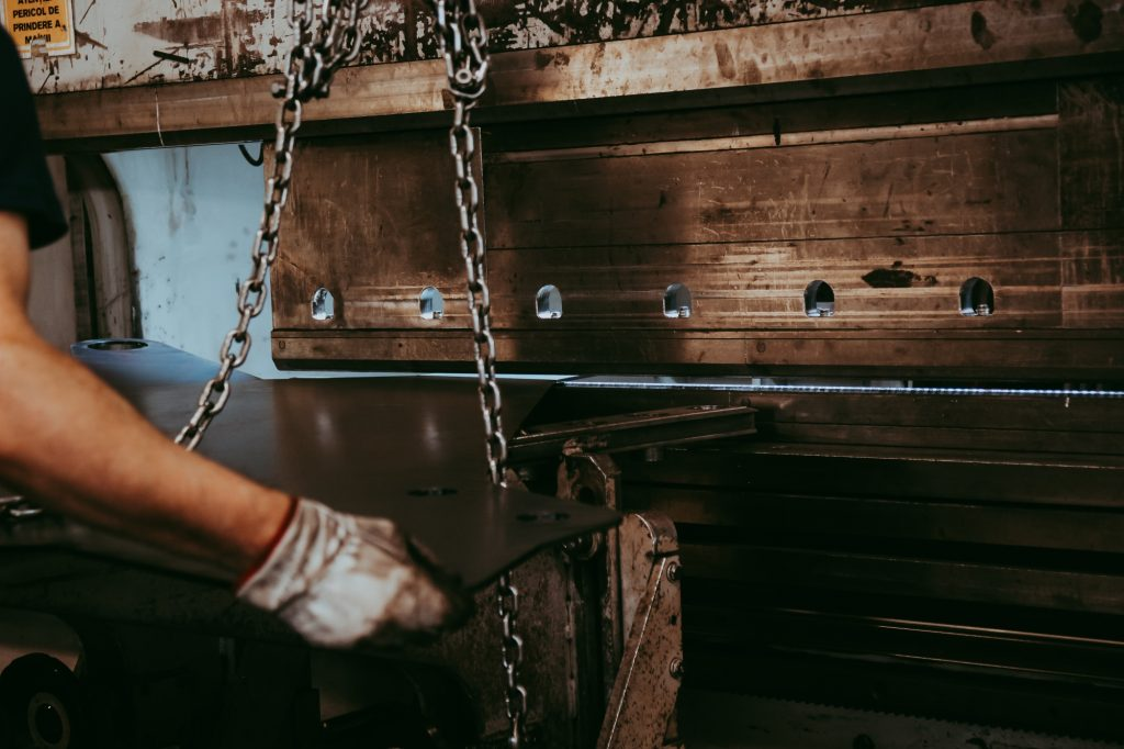 Mașină pentru îndoirea pieselor din oțel, operată manual de către personalul calificat.