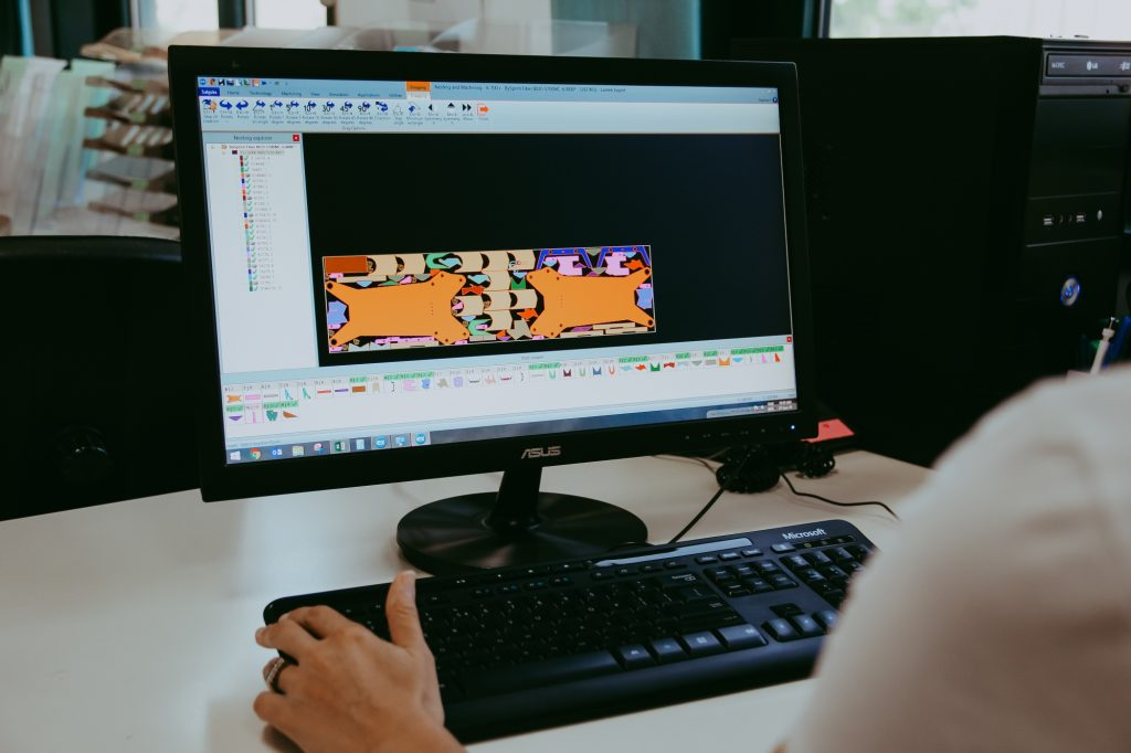 Operatorul creeaza programul pentru centrul de frezare.
