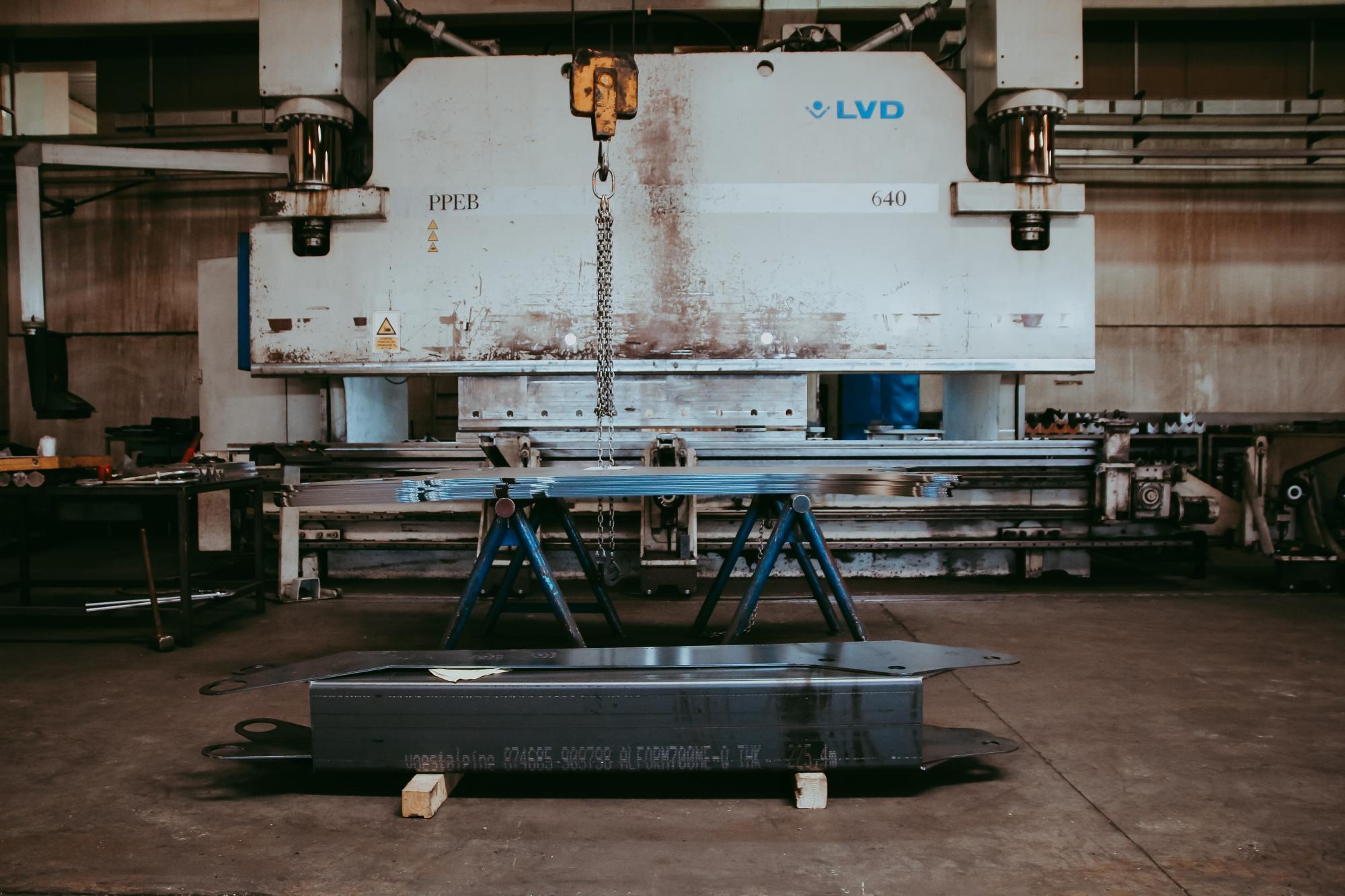 Mașină hidraulică de dimensiuni mari, pentru îndoirea plăcilor de oțel, la rece.