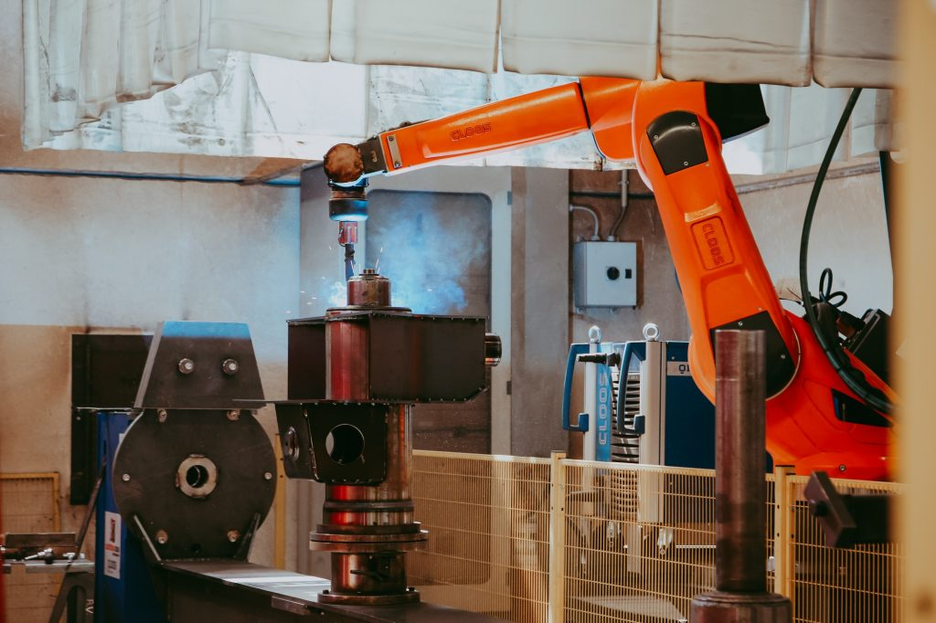 Sudarea unei piese de oțel cu aparatul de sudură de mare precizie.