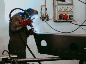 Procesul de sudare a unei piese de oțel, de dimensiuni mari, făcut manual, de către personalul calificat.
