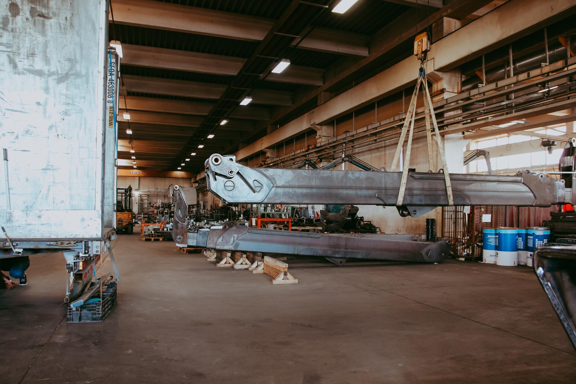 Oțel de dimensiuni mari, prelucrat, mutat cu ajutorul macaralei mobile, de mare tonaj, din hala de producție.