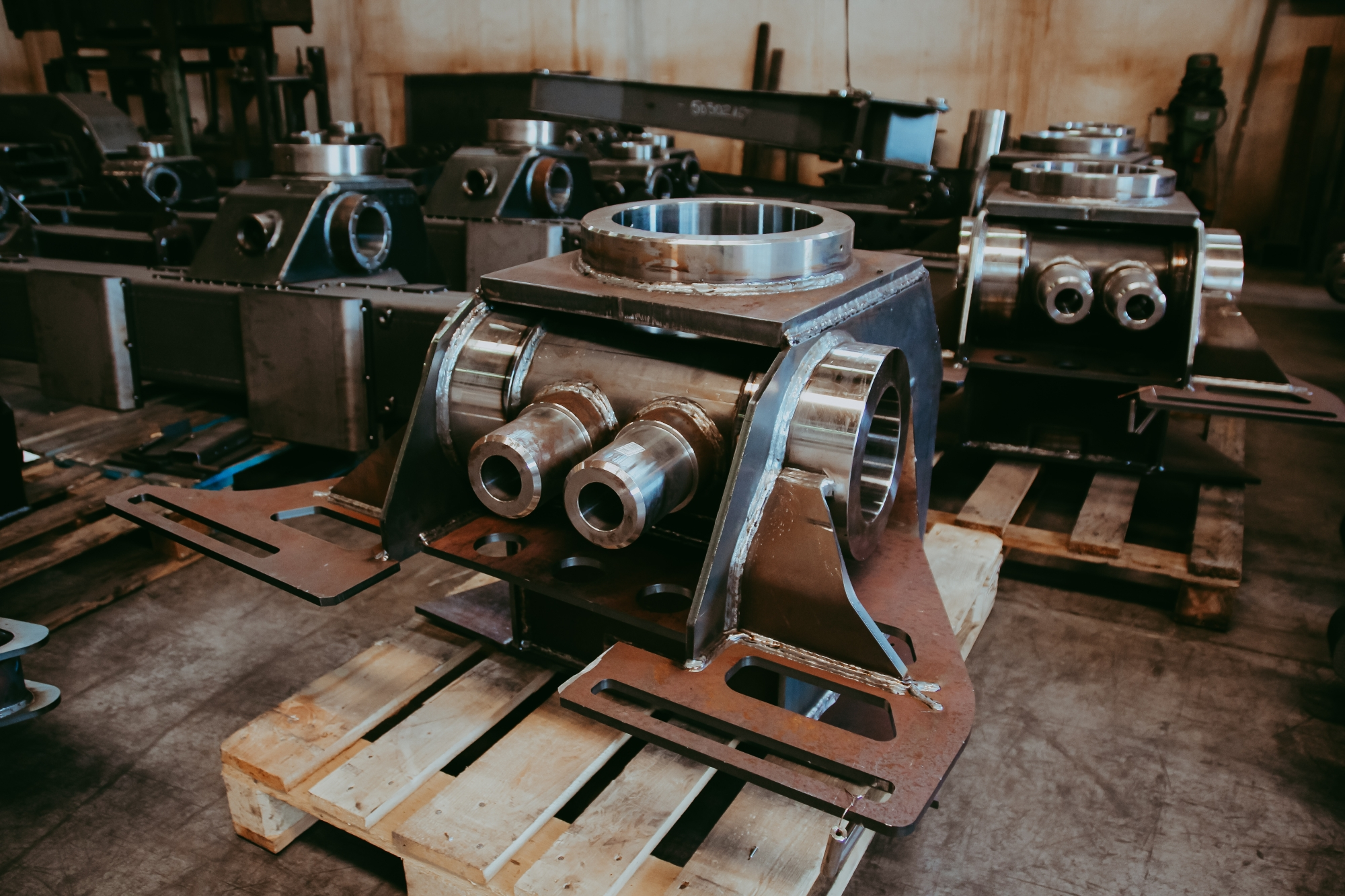 Piese din oțel la finalul proceselor de găurire, de sudare si de strunjire.