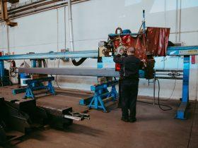 Procesul de prelucrare e pieselor de oțel, operat manual de catre personalul calificat.