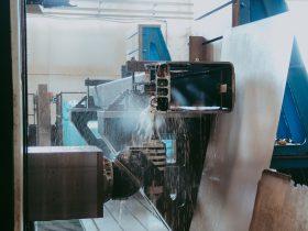 Procesul de găurire a unei piese de oțel, de dimensiuni mari.
