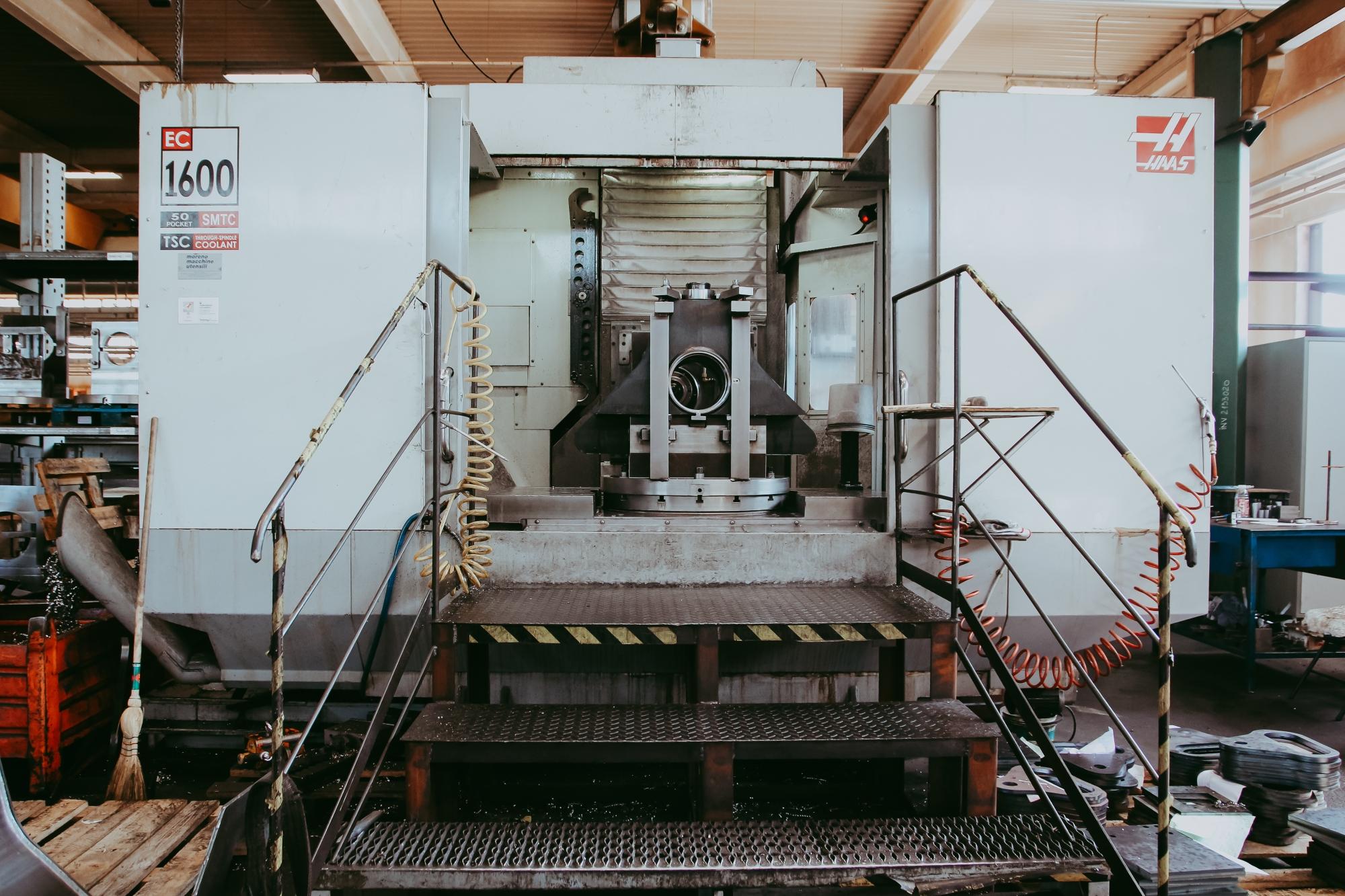 Mașină hidraulică pentru îndoirea plăcilor de oțel, la rece.
